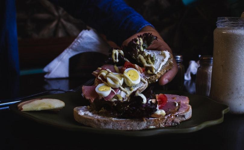 viande avec ingrédients à l'intérieur ont l'œuf et la tomate