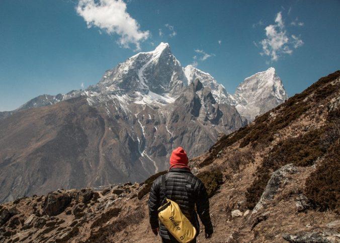 Un randonneur au sommet du mont Everest