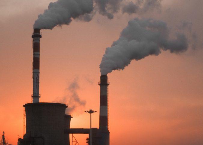 Une usine rejetant de la fumée de CO2 dans l'air
