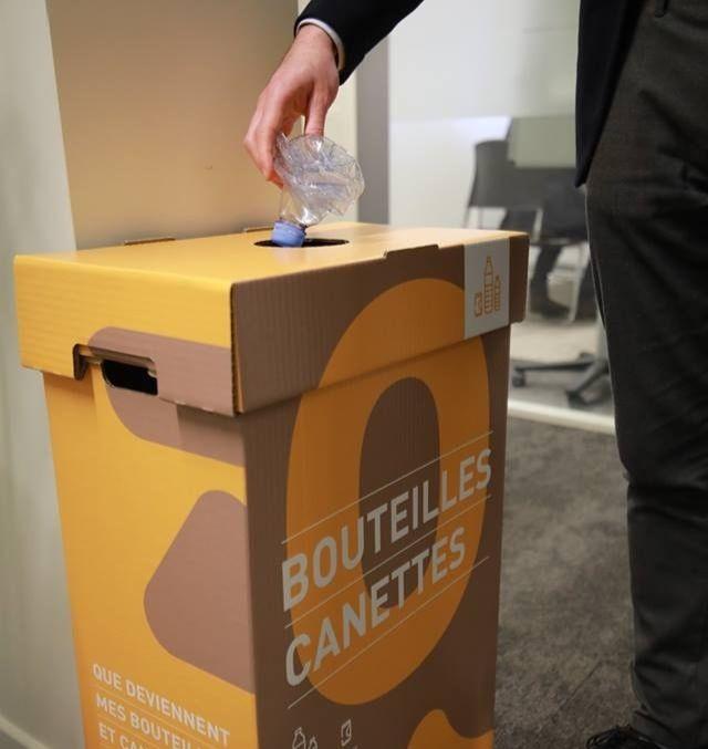 Un homme jetant sa bouteille plastique dans une poubelle