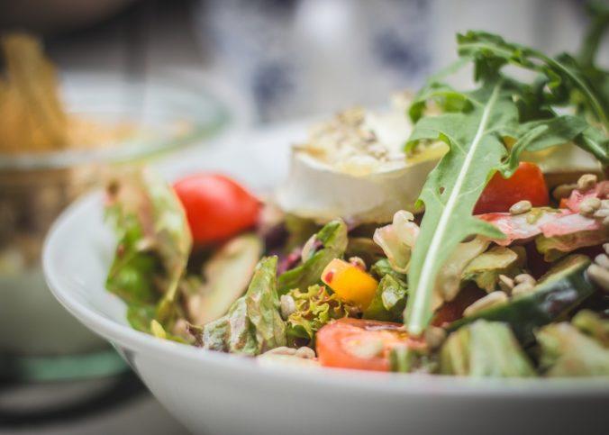 Une salade de fruits et légumes