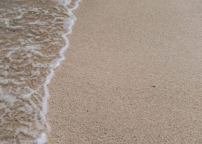 Une plage avec une marée et du sable