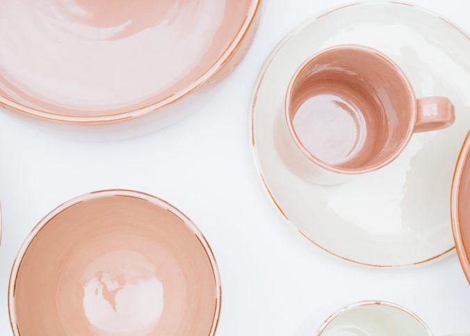 Des assiettes en porcealine disposées sur une table