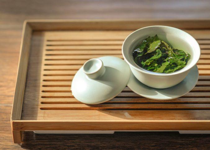 Du thé vert dans un bol en céramique sur une table