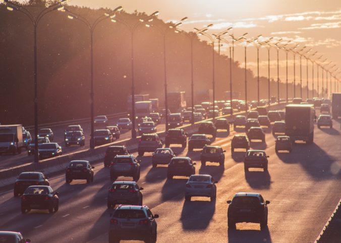 Une autoroute bondée de voitures aux Etats Unis