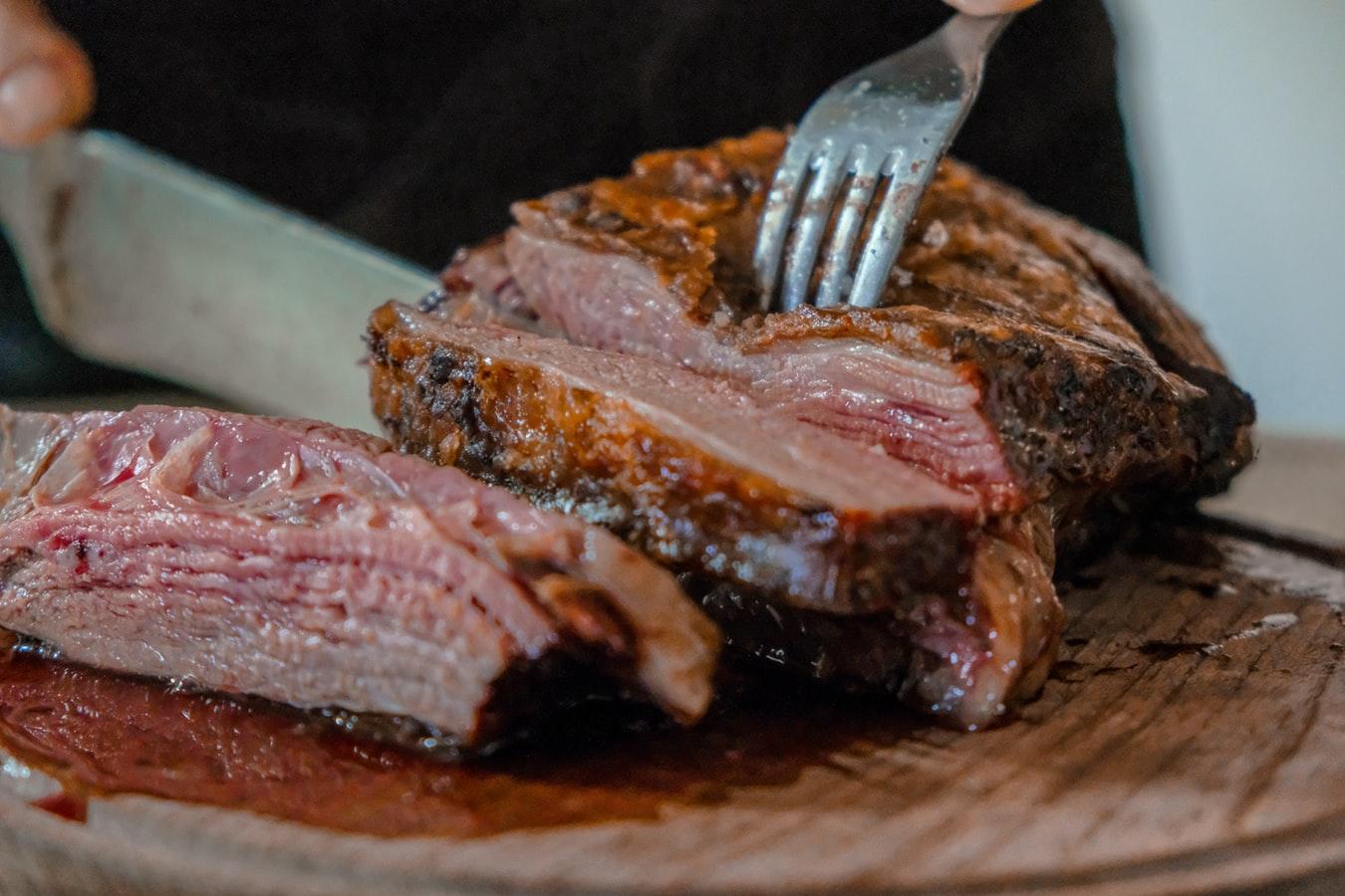 Un morceau de viande saignante