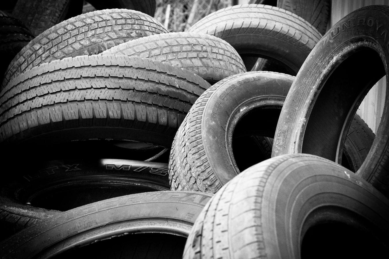 Au Ghana, un entrepreneur du nom de Seth Quansah transforme les pneus usés en carburant, le tout sans émission de fumée. Il a même fondé sa propre entreprise en 2015, Alchemy Alternative Energy, spécialisée dans la transformation et le recyclage de pneus en carburant.