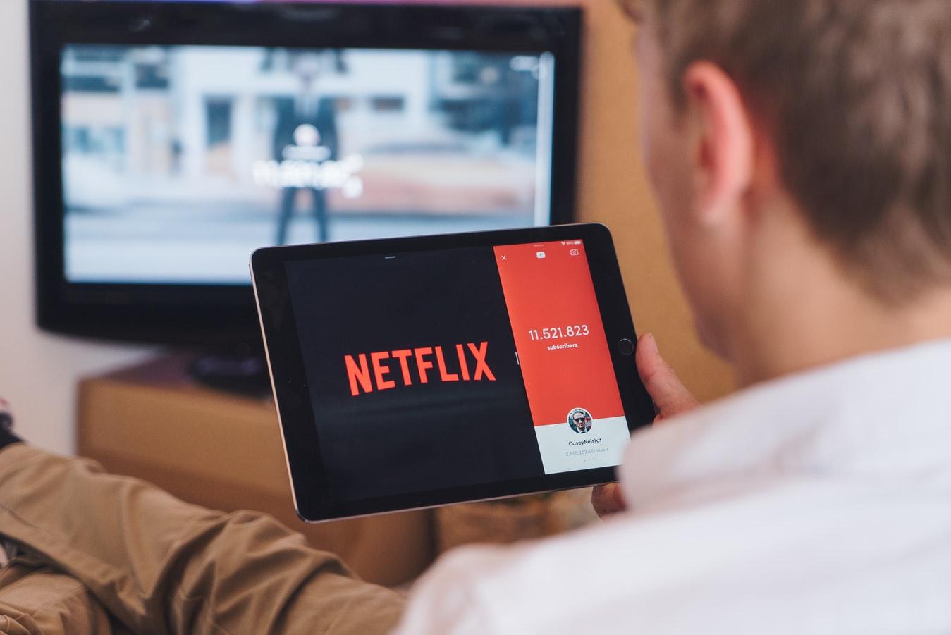 Un homme en train de suivre un programme en streaming.