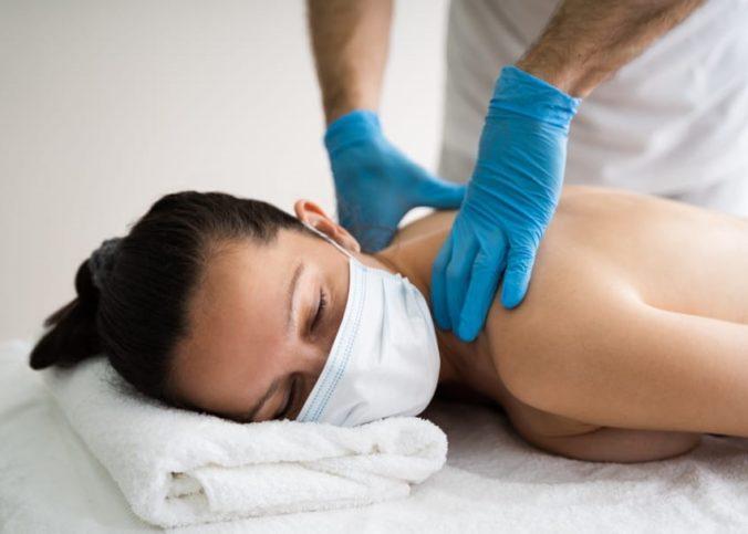 Un kinésithérapeute en travail sur une jeune femme.