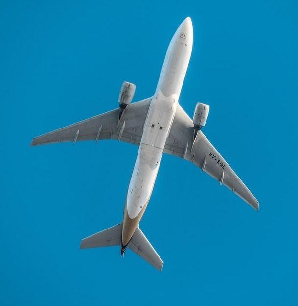 Un-avion-dans-le-ciel
