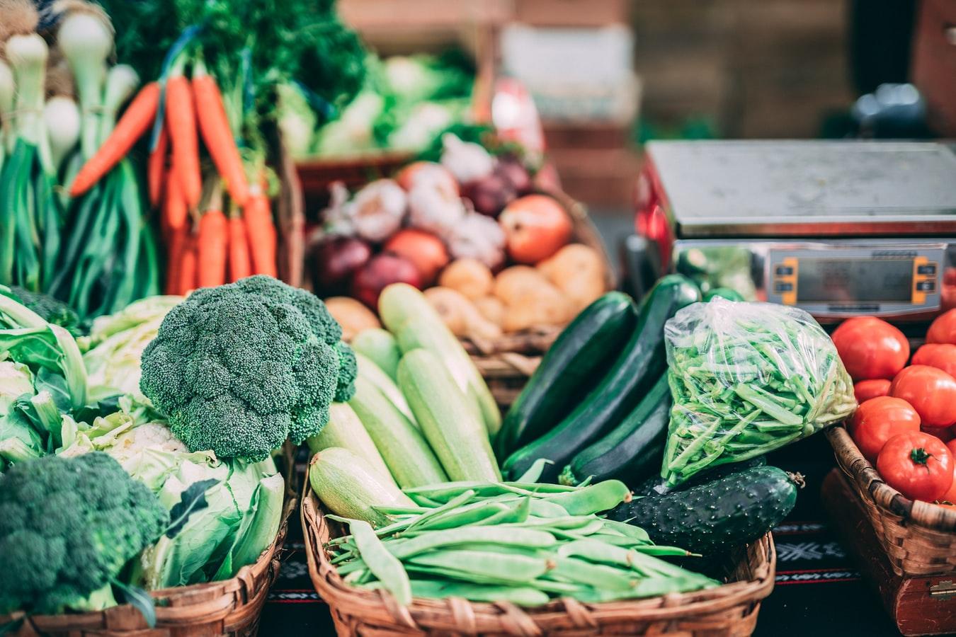 Des légumes dans un commerce.