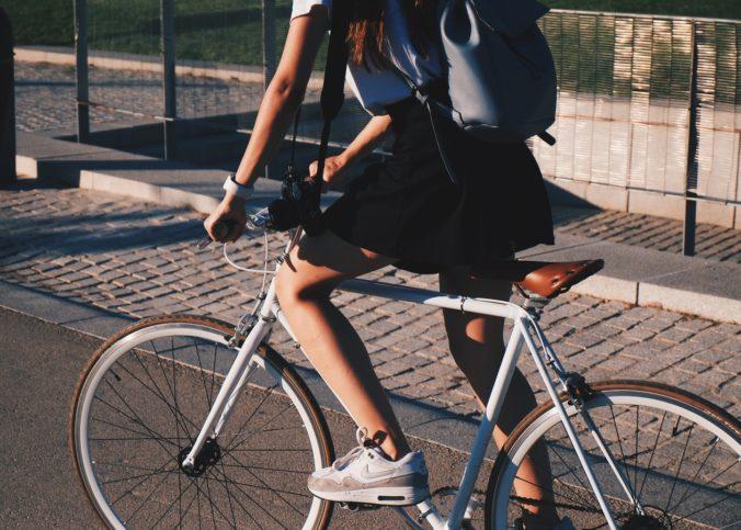 Une jeune fille pédalant un vélo.